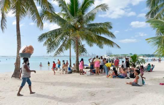 Dominicanos le dan la bienvenida al Año Nuevo en la playa de Boca Chica