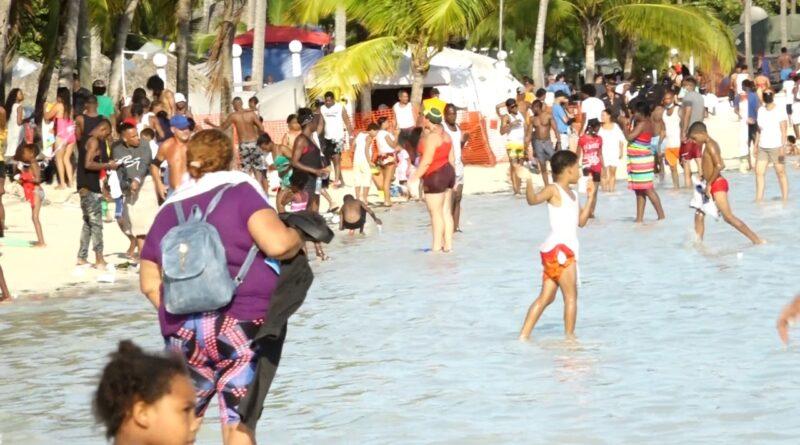 Boca Chica recibió cientos de bañistas sin mascarillas