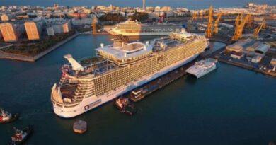 Harmony of the Seas deja el dique en Cádiz tras mantenimiento