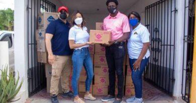 AIDS Healthcare Foundation dona toallas sanitarias a niñas y adolescentes de bateyes