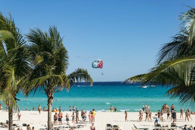 Polémica en Cancún sobre posible despido a trabajadores no vacunados